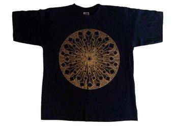 TSHIRT STENAR & KRISTALLER MÖRKBLÅ MEDIUM t-shirt tröja - Kvänum - TSHIRT STENAR & KRISTALLER MÖRKBLÅ MEDIUM t-shirt tröja - Kvänum
