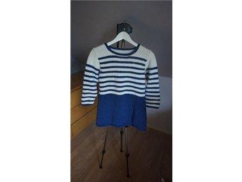 Hemma stickad tröja i vit och blått, st. 42-44 - Veberöd - Hemma stickad tröja i vit och blått, st. 42-44 - Veberöd