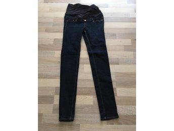 Javascript är inaktiverat. - Alunda - Mörkblå jeans i stl M. Smal modell med raka ben så passar även en 36/S. Fint skick och knappt använda. - Alunda