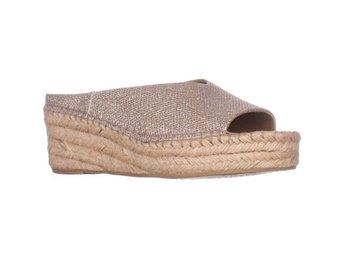 Javascript är inaktiverat. - Columbus - Franco Sarto Pine Sandaler Silver 36 EUFranco Sarto Pine Espadrille Slip On Wedge Mules, Platinum, 6 US / 36 EUVarumärke (Brand): Franco SartoFärg (Color): Silver (Platinum)Material överdel (Material): Tyg (Fabric)Klackhöjd (Heel): 5.72 CM  - Columbus