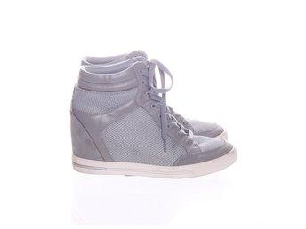 sneakers med inbyggd kilklack
