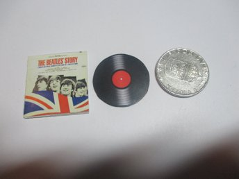 LP till dockskåp The BEATLES STORY( cant play, totally made of paper )
