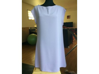 Rosa klänning A linje modell med dekorativa söm.. (412107010