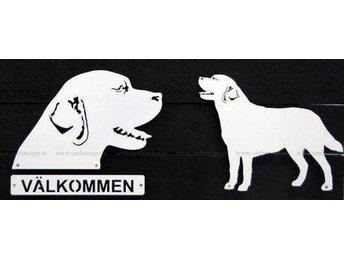 Labrador i smide, 50 cm, vit smidesskylt. - Storvreta - Labrador i smide, 50 cm, vit smidesskylt. - Storvreta