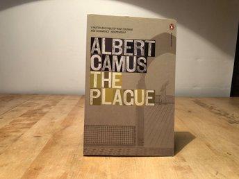 The Plague - Albert Camus - Penguin modern classics - Segeltorp - The Plague - Albert Camus - Penguin modern classicsengelsk pocketISBN 978-0-141-18513-2ny oläst bokGenerellt om Skicket:Jag säljer mycket olika media och har inte tid att lyssna igenom alla skivor och titta på alla filmer så ofta är det b - Segeltorp