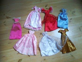 Javascript är inaktiverat. - Kungälv - 7 Barbiedock klänningar i fint skick knappt använda, varav en är Törnrosas rosa klänning - Kungälv