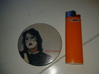 Stor pin / badge med Ace Frehley i Kiss - Retro - Vintage - 80-tal - 80´s