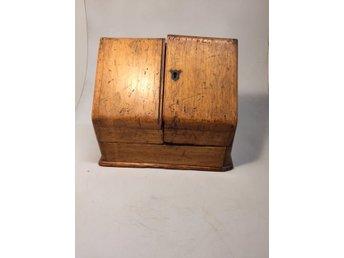 Äldres skrivskrin, England, ca 1800. - örebro - Ett fint äldre skrivskrin från England. Inköpt på auktion som från skiftet mellan 17/1800-tal. Många fack och utdragbar låda nedtill. Skick enligt bild med sedvanligt bruksslitage. - örebro