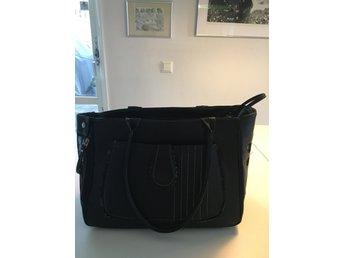 Snygg svart väska till hund som ny.