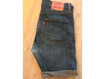 Javascript är inaktiverat. - Farsta - LEVIS 520 vintage jeansshorts med långa ben, perfekt då man kan klippa till den längd man själv önskarMidjemått ca 89 cmInnerbenslängd ca ( ej uppvikta) ca 29 cmVintageskick, lite slitningar i rumpan ( se bild)Se mina andra auktioner, samf - Farsta