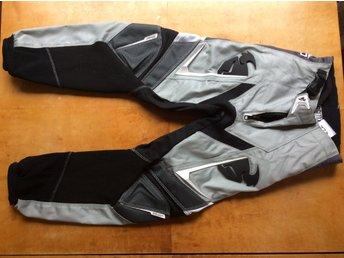 Javascript är inaktiverat. - Istorp - THOR är ett märke som gör MX- kläder av bästa kvalitet och passform. Extra stark polyester. Förböjd Raceprofil för perfekt passform i körpossition. Stretch- paneler för ökad rörlighet. Dubbel och trippelsydda sömmar för ökad hållb - Istorp