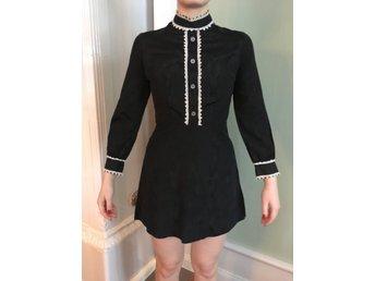 Javascript är inaktiverat. - Storvik - Stilig klänning i moaré med hög krage. Fläckar under armarna, se bild. Storlek ca 36. Ansvarar ej för postens slarv. - Storvik