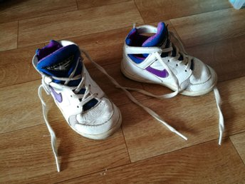 Javascript är inaktiverat. - Kiruna - Nike skor st 22, fint använt skick. Innermått 12 cm. Coola.Köparen står för frakten. Se mina andra auktioner.Lycka till! - Kiruna