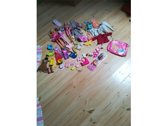 Javascript är inaktiverat. - Kungälv - 3 Barbie docker och en Steffi docka. Massa kkäder och skor,väskor, tillbehör. Djur och en oanvänd paket med jätte fina accessoarer och en barbie necessär på köpet. Allt är i bra skick. - Kungälv