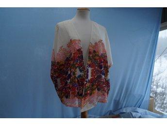 Javascript är inaktiverat. - Norrtälje - Kimono i färgglatt mönster på botten i Cream. Design Rut & Circle, färg Cream Comb. Storlek 38. - Norrtälje