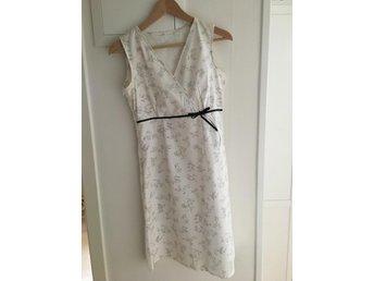 Vit klänning med svart sidenband storlek 34 (402718694) ᐈ