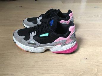 on sale bf869 1ac63 adidas Originals Falcon 38 svart grå rosa sneakers skor 90s retro dam