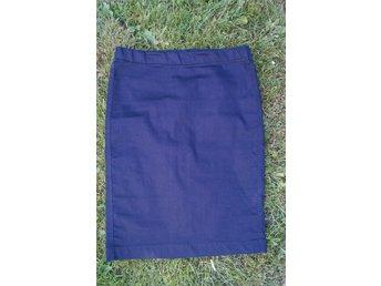 Javascript är inaktiverat. - Avesta - Fräscht stilren marinblå jeanskjol i pennkjol-modell från trendiga Filippa K i strl M. Tunn och väldigt stretchig, håller formen. Resår i midjan, snygga sömmar bak. Aldrig använd, toppskick! Nypriset var 1299 kr. We love this contemporary - Avesta