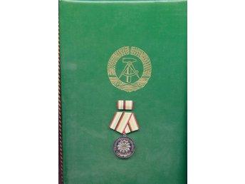 Tyskland, DDR, Medalj för trogen tjänst inom polisen och dokumentet. (DDR935) - Nuernberg - DDR, medalj för trogen tjänst. - Nuernberg