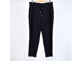 svarta pösiga byxor