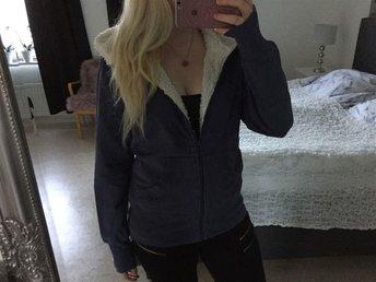 Så Fin & Cosy Blå HuvTröja - Jacka - Sweatshirts Vårig - Falun - Så Fin & Cosy Blå HuvTröja - Jacka - Sweatshirts Vårig - Falun