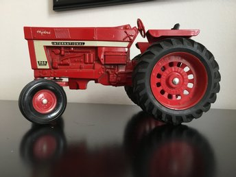 Traktor ERTL International harvestor hydro 966 skala 1:16