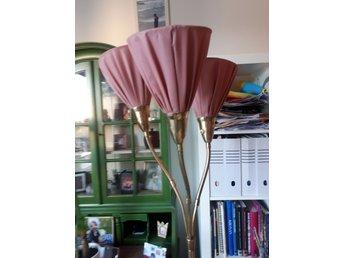 Trearmad golvlampa med rosa skärmar i tyg i gott skick!