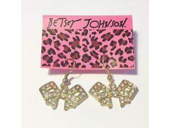 ÖRHÄNGEN med guldfärgade rosetter - Betsey Johnson - Vårby - ÖRHÄNGEN med guldfärgade rosetter - Betsey Johnson - Vårby