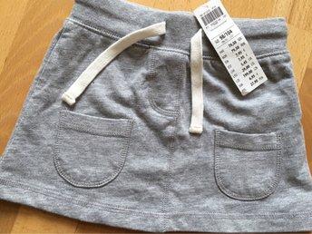 Javascript är inaktiverat. - Göteborg - Hej,Säljer denna fina kjol.Tyg, typ collage-tröja tyg. Sommartunnt, men fungerar även året runt med strumpbyxor.Storlek: 98/104, går att dra åt i midjan.Helt ny, lappar kvar.Endast legat i påse.Nypris: 79.50Djur/rökfritt hem.Välkommen - Göteborg