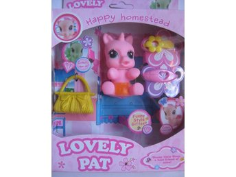Leksaker Dockor Pony Lovely Pat Happy Homestead Rosa Sitter 8cm
