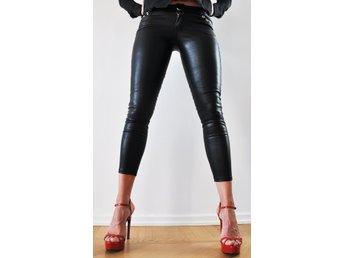 svarta blanka byxor