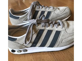 Javascript är inaktiverat. - Eskilstuna - Adidas LA trainers, sneakers i mocka!Strl 42Sparsamt använda, fint skick! - Eskilstuna