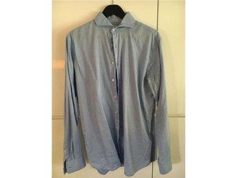 500 kr - Ljusblå skjorta med Cut Away krage från The Shirt Factory, strl 41. - Bromma - 500 kr - Ljusblå skjorta med Cut Away krage från The Shirt Factory, strl 41. - Bromma