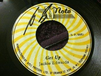 Jackie Edwards/Revolutioners: Get Up/Version (Jamaica-1976/7inch/High Note) - Sollerön - Jamaicansk original singel från 1976. Mycket bra skick (ett par visuella linjer enbart), fin lyster, skrovlig etikett. Skivpåse medföljer. Läs gradering/info nedan. High Note 0057 Jamaica 1976 Skick på omslag: - Skick på skivan: EX Vinyl - Sollerön