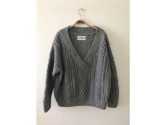 Grå v-ringad tröja i ull från Whyred - Stockholm - Grå v-ringad tröja i ull från Whyred - Stockholm