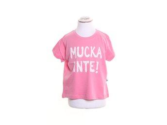 Javascript är inaktiverat. - Stockholm - The Brand, T-shirt, Modell: Girl Tee, Design by Laila Bagge, Strl: 104/110, Färg: RosaVaran är ny i originalförpackning / med lapp kvar. Skick: Varan säljs i befintligt skick och endast det som syns på bilderna ingår om ej annat anges. V - Stockholm
