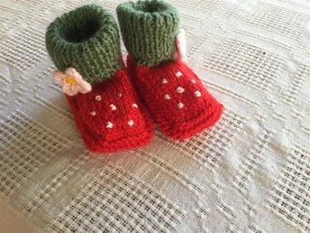 Stickade babyskor / babytossor - jordgubbar - Dingle - Stickade babyskor / babytossor - jordgubbar - Dingle
