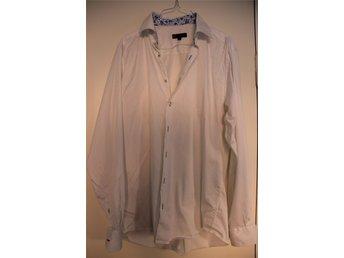 Vit skjorta med infällt mönster f924f630599fa