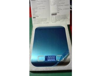 Digital köksvåg - 1 - 1000 Gram - Rostfritt stål. - Tomelilla - Du budar på ny Digital köksvåg - Rostfritt stål - 1 - 1000 Gram eller 1 till 10 kg. Noggrannhet 1 Gram. Kan ställas om till bla oz och ml. Mycket bra och tydlig skärm,batteri medföljer 2 st AAA. Storlek;L 18 cm B 14 cm. Skickas med Post - Tomelilla