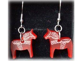 Vackert Örhängen i Rostfritt Stål med röd Dalahäst i plexiglas - Orsa - Vackert Örhängen i Rostfritt Stål med röd Dalahäst i plexiglas - Orsa