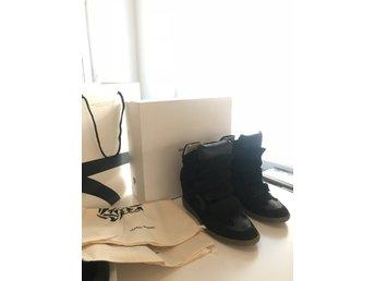 Javascript är inaktiverat. - Göteborg - Säljer mina Isabel Marant skor. Inköpta på NK i Stockholm i mars denna året. Medföljer påsen, kartong, NK-påse och kvittot. Köpta för 4795:-Använda 3-4 gånger. Jag har normalt 38 i storlek på skor men fick gå upp en storlek till 3 - Göteborg