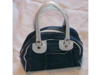 HandVäska av blått jeans tyg blixlås ficka Blå Väska NY oanvänd - Väddö - Handväska av blått jeans tyg med blixlås och ficka. 17 cm hög och 22 cm bred. Handtagen är 14 cm höga. Mycket fint skick. Den är ny och oanvänd. Jag packar omsorgsfullt. Frakt till andra länder än Sverige 110 SEK. Kan även hämtas på - Väddö