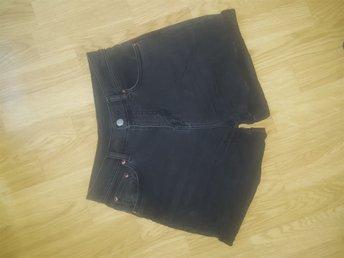 Javascript är inaktiverat. - Göteborg - Sparsamt använda jeansshortsStretchiga och otroligt mjuka och sköna!Jag fick barn och kommer aldrig mer få på mig dem tyvärr. Använda 1/2 sommar. - Göteborg
