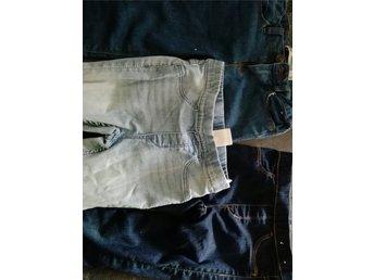 3 Fina jeans i Denim stretch 2 nya och 1 i Mycket fint skick, 116 5/6 år - Tungelsta - 3 Fina jeans i Denim stretch 2 är nya och 1 i Mycket fint skick, stlk 116 5/6 år Båda blå byxorna är Nya och den som är petrolblå är stlk 116 och den som är mest ljusare 122 (fast liten i stlk) enligt lappen Den ljusblå är 116 enlig - Tungelsta