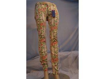 Javascript är inaktiverat. - Norrtälje - Tighta Jeans, i Stretch, Flerfärgad botten beströdd med Rosor. Design Oxygen. Storlek XL. - Norrtälje