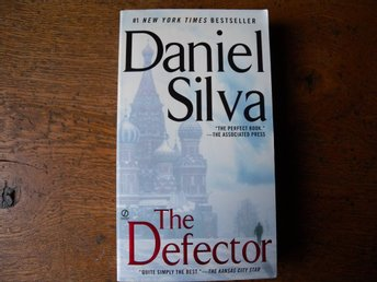 The defector by Daniel Silva. Engelsk bok.