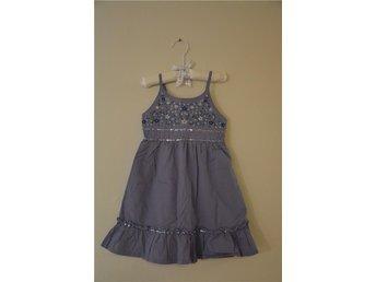 Lila sommar klänning med brodyr, glitter - flicka - United colors of Benetton - Vaxholm - Lila sommar klänning med brodyr, glitter - flicka - United colors of Benetton - Vaxholm