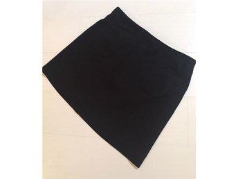 Kort svart kjol med fickor från HM - åby - Kort svart kjol med fickor från HM - åby