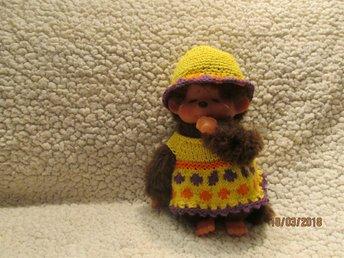 """Javascript är inaktiverat. - Arvika - Nystickade/virkade kläder till Monchichi passande till 18-21 cm """"påsk gulligt"""" en gul klänning med """"dots"""" i orange och mörkare lila. Ser lite ut som påskägg. en orange rand och en mörk lila virkad uddkant en virkad hatt med litet brätte i - Arvika"""