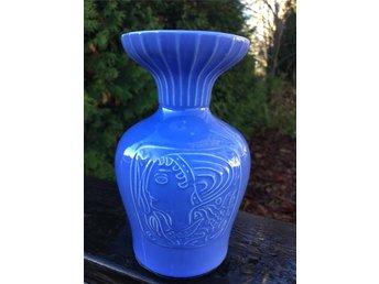 Javascript är inaktiverat. - Liatorp - Vacker och härligt blå vas av Mari Simmulson, Gefle. Modell IG, 16 cm hög, nettovikt 545 g. Fint skick! Tillverkades under perioden 1952 - 55. Bildernas färg är något missvisande i varje fall på min dator. Den är något ljusare i verklig - Liatorp